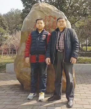 担任水瑶新村村支书之后,覃红建很难得有时间陪伴家人。 图片由受访者提供