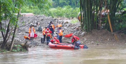 河水暴涨8名工人被困 消防员驾驶橡皮艇救援
