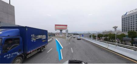 靠左驶离航站楼高架桥