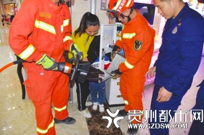 男孩玩娃娃机手被卡住 消防员赶来安全解救