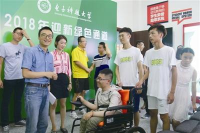 袁好男在电子科技大学迎新生绿色通道办公室内受到热情接待。