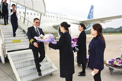 天津至遵义至西双版纳首航班机抵达新舟机场(杨露/摄)