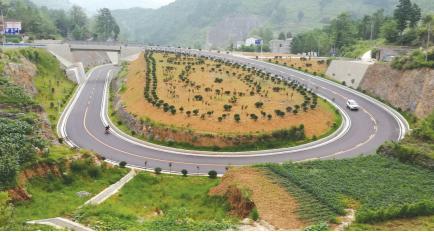 """""""黔大""""公路因地制宜进行绿化。"""