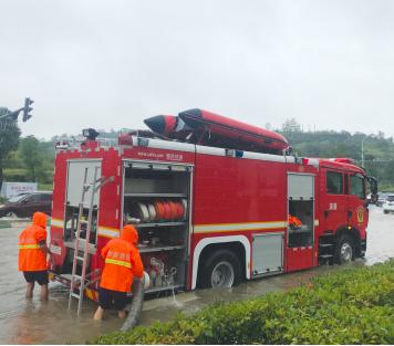 消防及时排水,恢复道路通畅