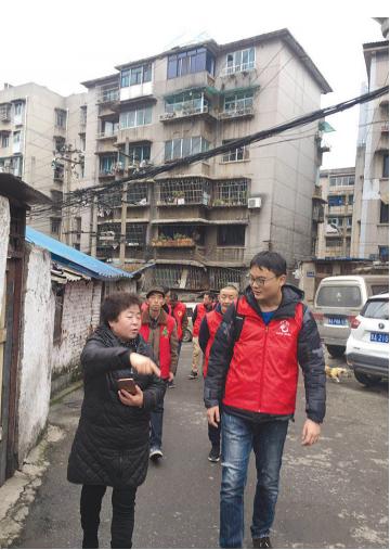 记者(右一)跟随居委会工作人员深入辖区走访巡查