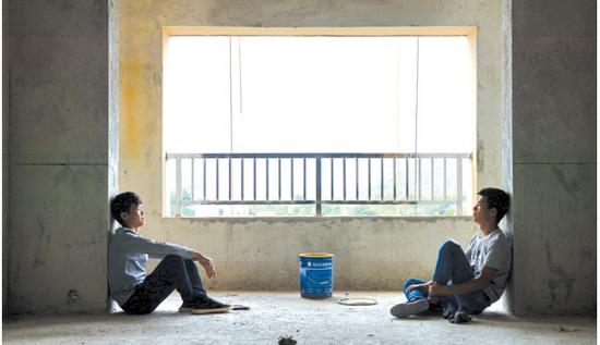 忙活了一早上,两人累了,靠在墙边休息。