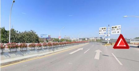 机场路(油小线)方向入航站楼高架桥的匝道(图右)封闭