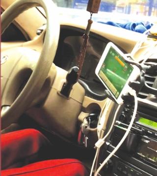 的哥开车玩手机。