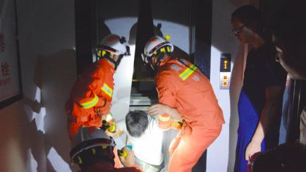 救出被困人员。(消防供图)