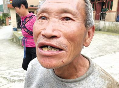 老人吃石头像吃花生米。