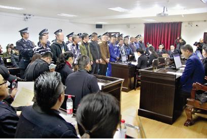 12名被告人被押到法庭开审。