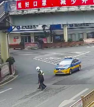 交警杨帆护送老人过马路。