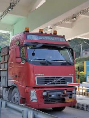 限重49吨 装了近200吨的货