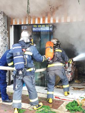 液化气罐引发火灾 消防出动灭火