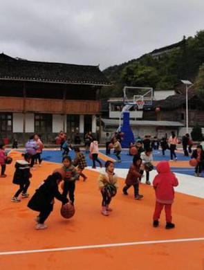 蔡崇信和欧文捐建的小学篮球场落成