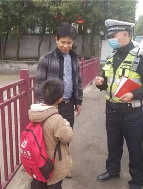 """贵阳一男童迷路,""""交警叔叔""""帮找家人"""