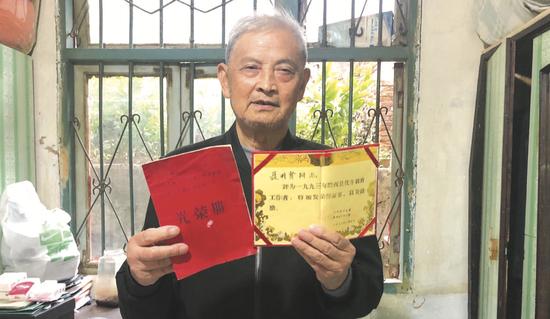 聂明贤一生奉献教育,获得很多荣誉