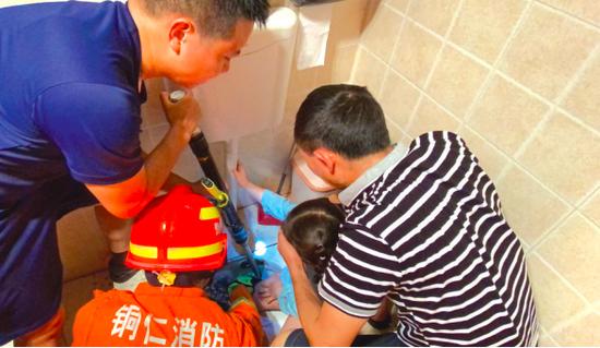 4岁女孩被困,消防及时营救