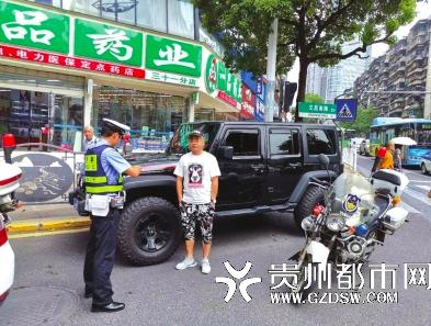 男子无证驾驶,被交警截获。