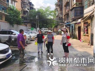 小区下水道堵了 解五社区工作人员上门疏通