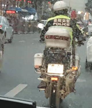 驾警用摩托为送医车辆开道的042493号警员