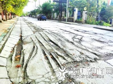 铝兴北路路面破损