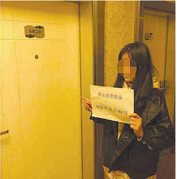 女嫌疑人指认现场。(警方提供)