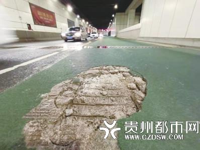 五里冲BRT车道出现坑槽