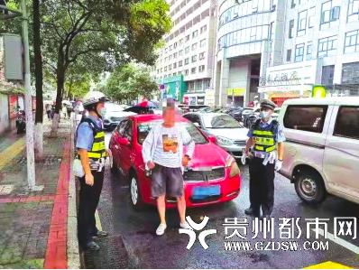 民警拦下红色轿车检查