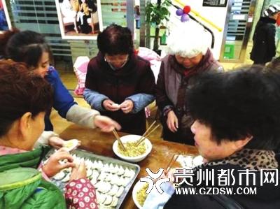 居民们齐心协力包饺子。