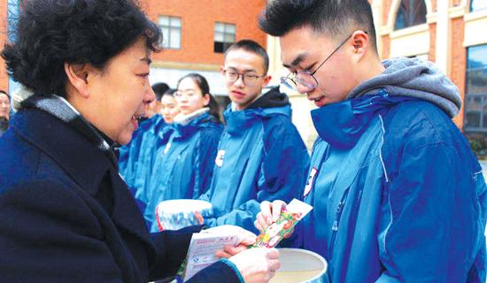 贵阳一中普瑞学校向学生送种子。