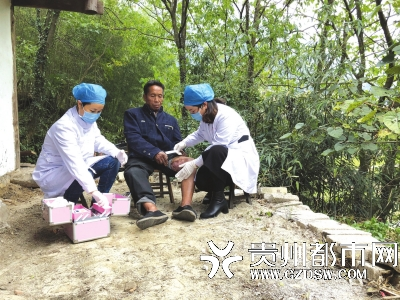 护士来到老人家,给老人的创面修复的皮肤涂抹润肤剂。