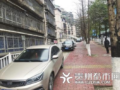 停放在人行道上的私家车。