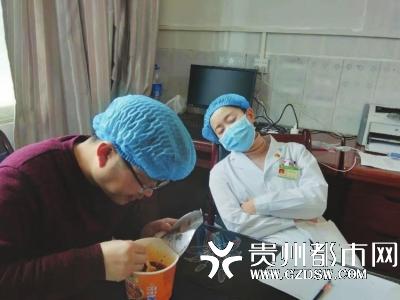 自疫情发生以来,黔西县人民医院急诊科主任朱代明(左),感染科副主任苗晓樊吃住都在一线。