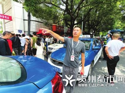 向海涛正在指挥车辆靠边停放。