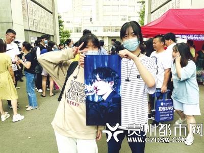 杨敏看到学妹准备的明星画报非常开心。
