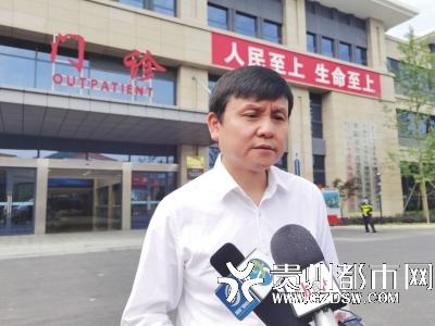 张文宏接受记者采访。