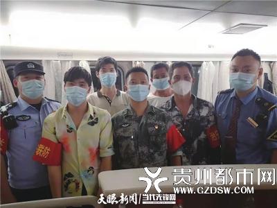 班组通过列车广播,召集车厢内党员、军人、武警、公安干警、医务工作者等志愿者在餐车集合
