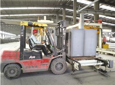 工人驾驶叉车将加气混凝土砌块运到成品堆场。