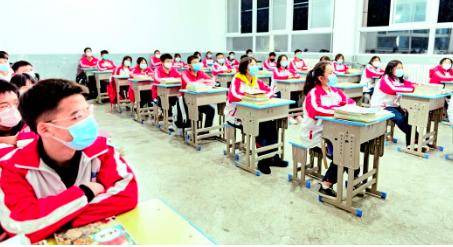 3月16日,六盘水市二十三中高三初三两个年级开学上课,由教育教学管理中心统一安排内容、制定并下发课件,年级中心和班主任根据自身实际作相应调整。通讯员 聂康 摄
