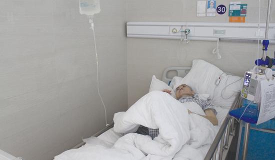 被诊断出胃癌之后,覃红建的体重从160斤下降到100斤以下。 邹凯 摄