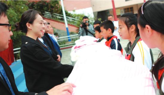 贵州省律师协会为山里孩子送棉被