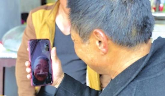 视频通话接通的那刻,83岁老母亲同57岁儿子含泪相望。