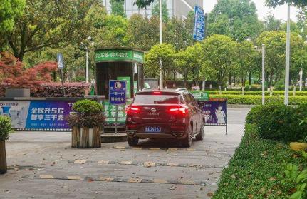 一辆汽车正驶出贵阳市观山湖区一家共享停车场。人民网 李宇摄
