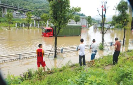 大货车被水淹了半个身子。