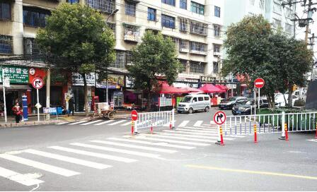 建设北路与尖山路交叉口设置的禁止标志牌。