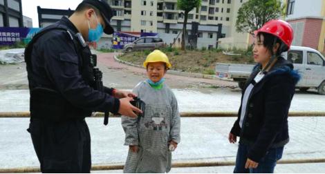 两名建筑女工将捡到的钱包交给民警。(警方供图)