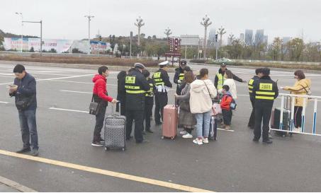 贵阳北站前,行人横穿马路,被交警逮个正着。