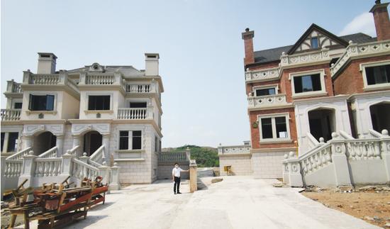 分隔墙有倾斜,左边是昌先生的别墅