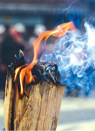 """苗族祭师点燃的祭火在""""祭尤节""""祭祀过程中熊熊燃烧。"""